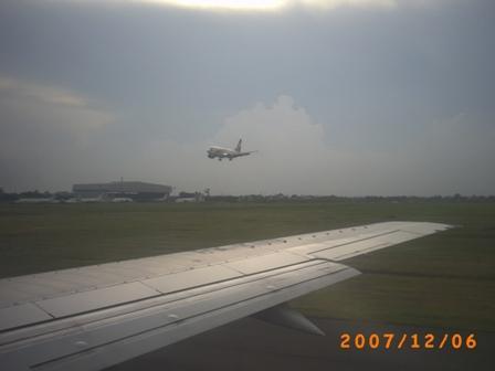 Pesawat tengah antri menunggu giliran terbang (di depannya ada 5 pesawat)