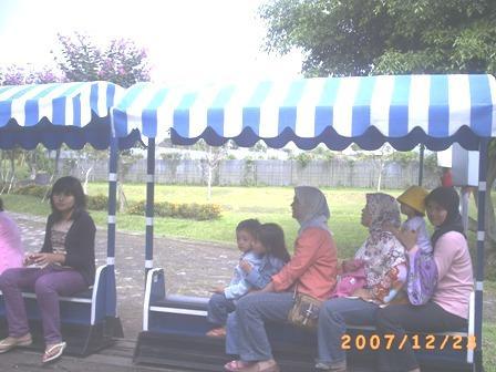 Mama, Hana, Irfan, dan yang lainnya lagi naik kereta api