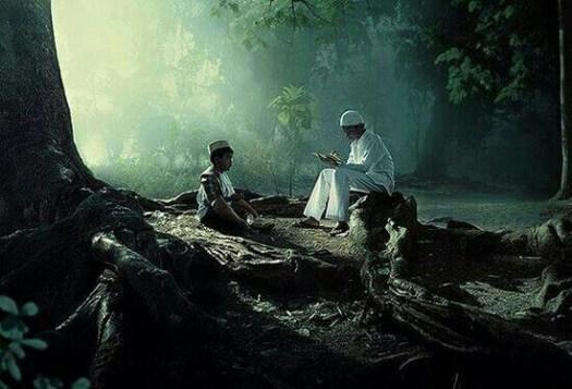 Gambar ayah dan anak belajar mengaji bersama di tengah hutan.