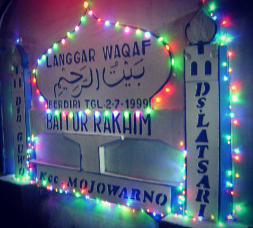Musholla berhias lampu warna-warni di perayaan takbir Idul Fitri.