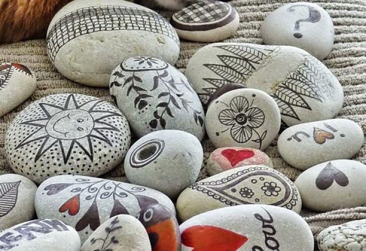 C mo pintar piedras a mano minigu a inspiradora - Como pintar azulejos a mano ...
