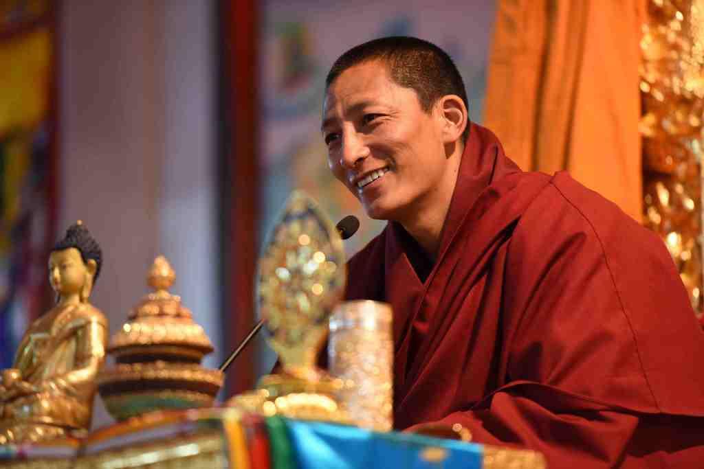 Gyalwai Nyugu Rinpoche teaching