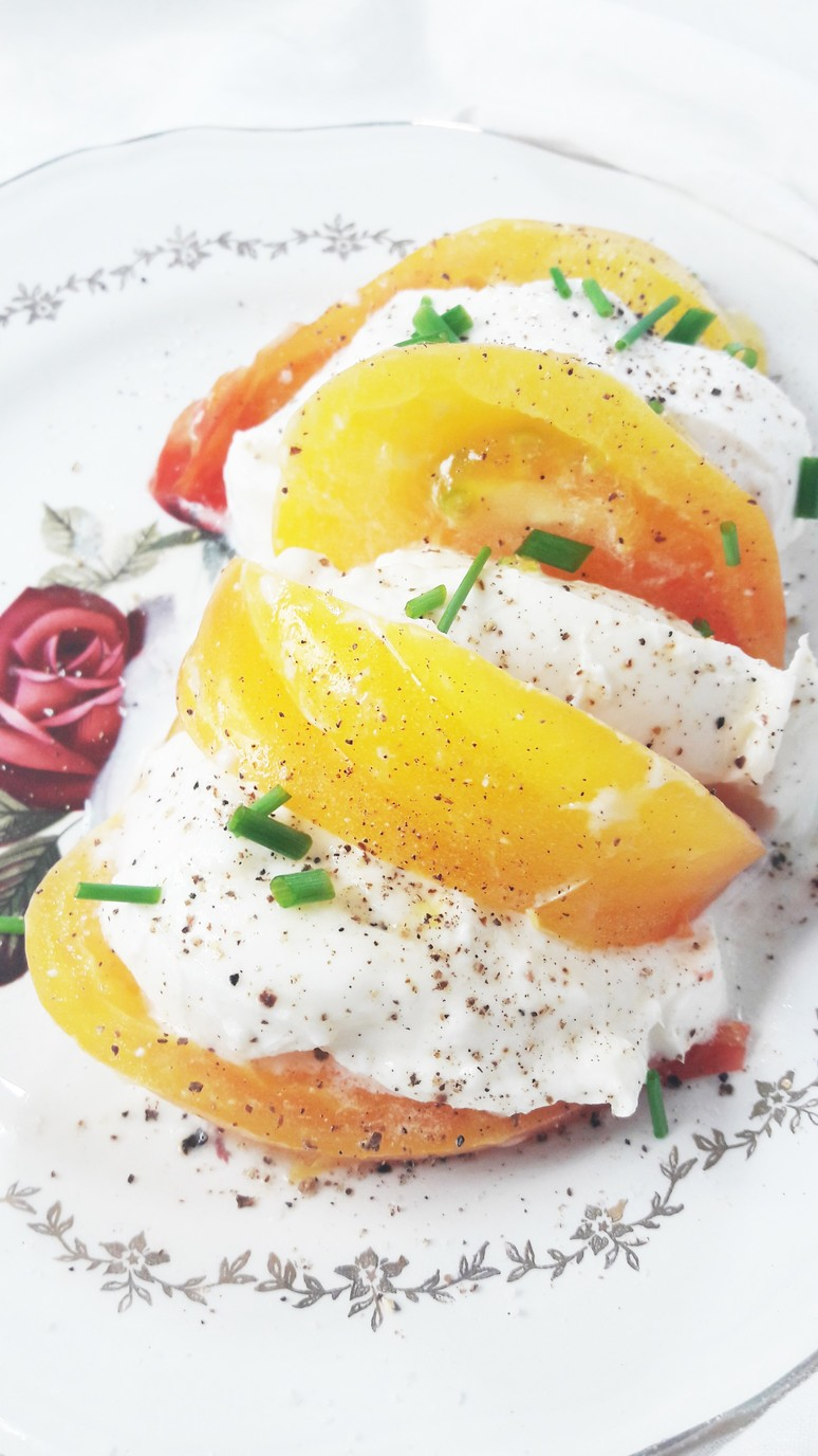 This heirloom yellow tomato mozzarella salad is naturally healthy, beautifully colored and packed with flavor and nutrients! | ahedgehoginthekitchen.com