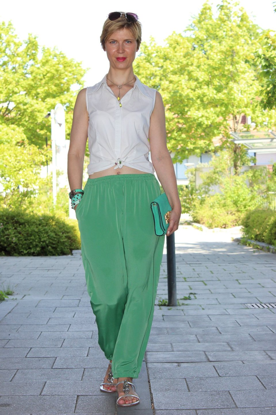 IMG_9334a_Seidenhose_Rosalia_casualSommerOutfit_weißeBluse_Sandals_Boden