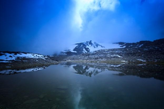 (Brumas de montaña I - #1, Sierra Nevada, primavera 2014) Laguna de la Caldereta y línea de cumbres de la laguna de la Caldera al fondo