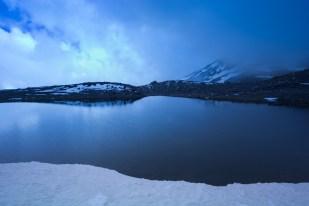 (Brumas de montaña I - #3, Sierra Nevada, primavera 2014) Laguna de la Caldereta con un último nevero y loma Pelada al fondo