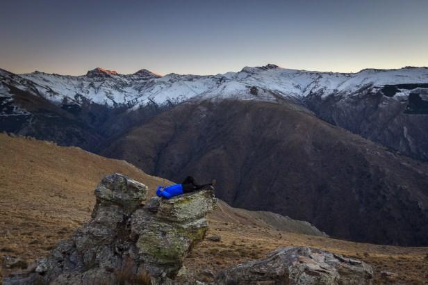 Descansando antes de fotografiar las nortes de Sierra Nevada durante la noche, atardecer de invierno, 2015