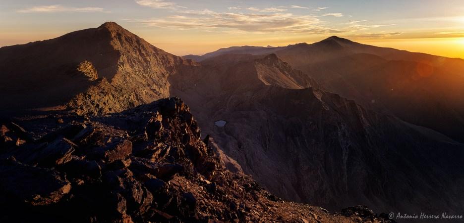 Últimos rayos del sol de verano sobre la cara norte del Mulhacén, Sierra Nevada