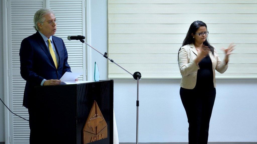 El Lic. Roque Rivera Ribas, Presidente De La Junta Directiva, Dando Su Discurso Y La Representante De FUHRIL  Interpretando El Discurso De Don Roque En Idioma De Señas.