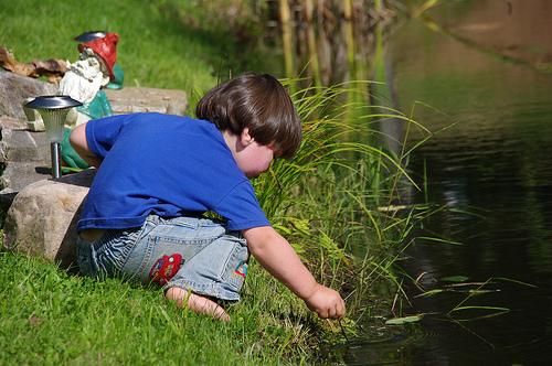 Khéna poking around in the water...