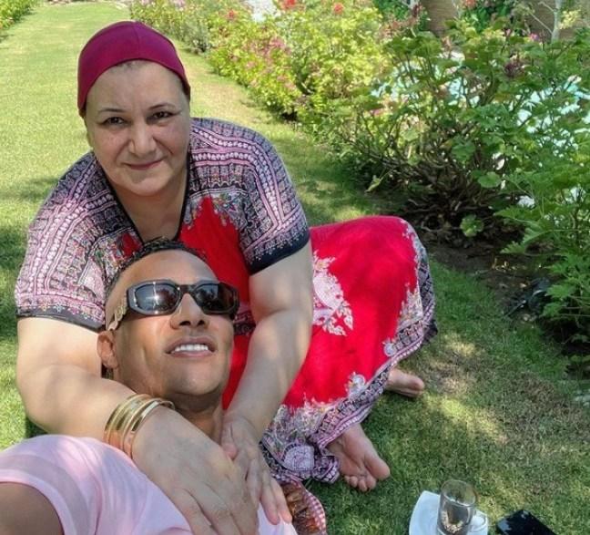 محمد رمضان فى صورة مع والدته قبل حفل الساحل: ماشي ببركة رضاها ودعاها