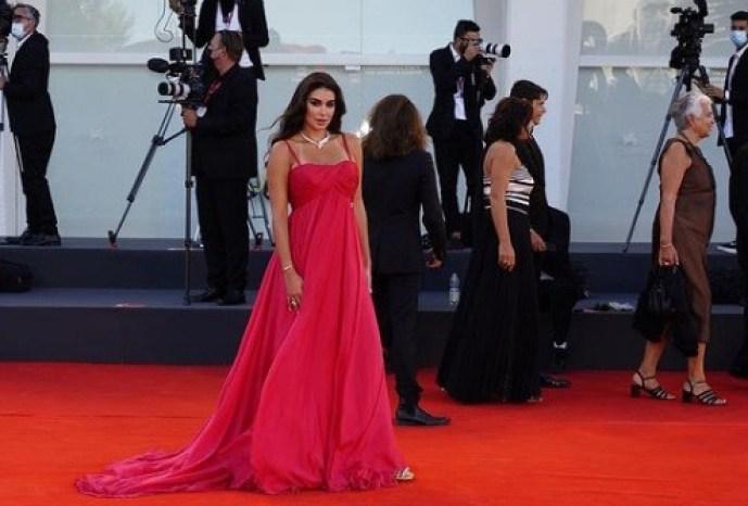 ياسمين صبري على السجادة الحمراء في مهرجان فينيسيا السينمائي