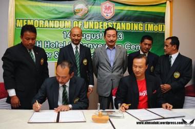 Aminuddin Bin Omar mewakili Persatuan Bola Sepak Kedah (KFA) menandatangani MoU dengan wakil kelab Cardiff City FC sambil disaksikan oleh Datuk Mukhriz Tun Dr Mahathir dan Tan Sri Vincent Tan
