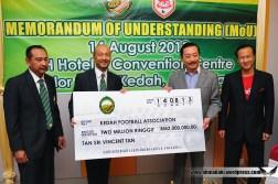Tan Sri Vincent Tan memberi sumbangan peribadi kepada KFA untuk tujuan pembangunan bola sepak.