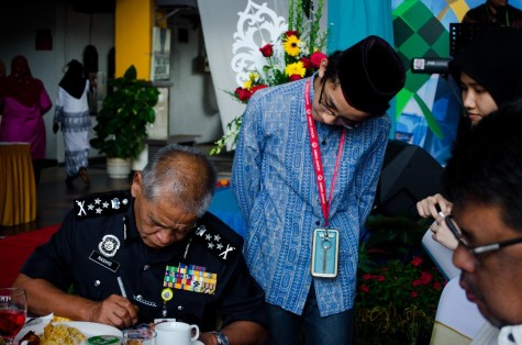 Asking for an autograph from the Deputy Inspector-General of PDRM, Tan Sri Nor Rashid Ibrahim, July 11, 2017.