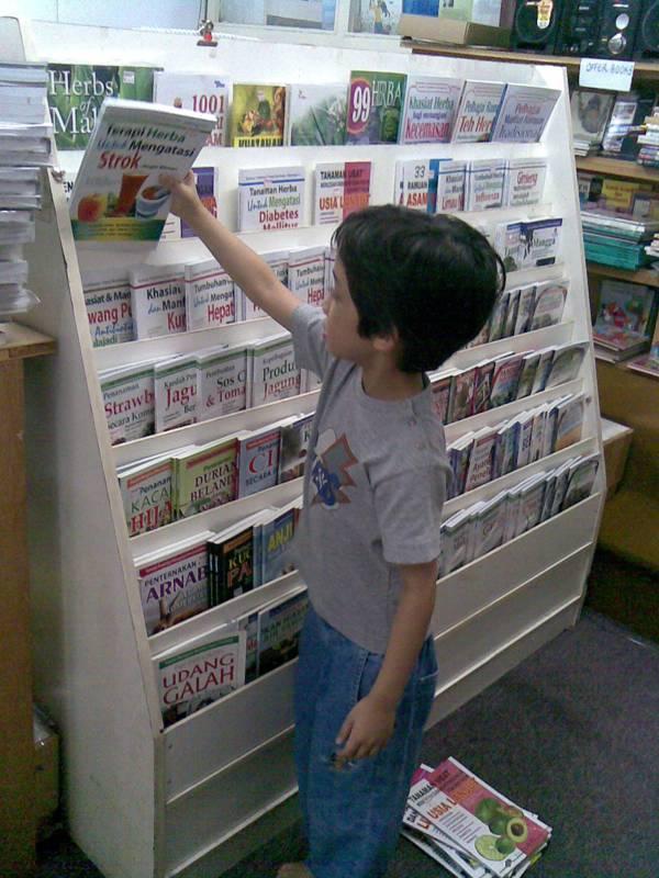 ali-arranging-books