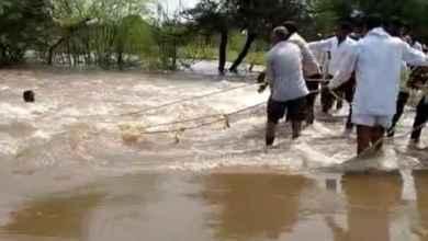 Photo of पाण्यात वाहून जाणाऱ्या तरुणाला वाचविले