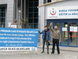 ÜLKÜ OCAKLARI HASTANE ÖNLERİNDE SAĞLIK KADROLARINA DESTEK PANKARTLARI