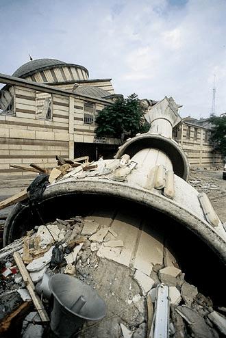 GOLCUK_Depreminde_yikilsn_binalar1