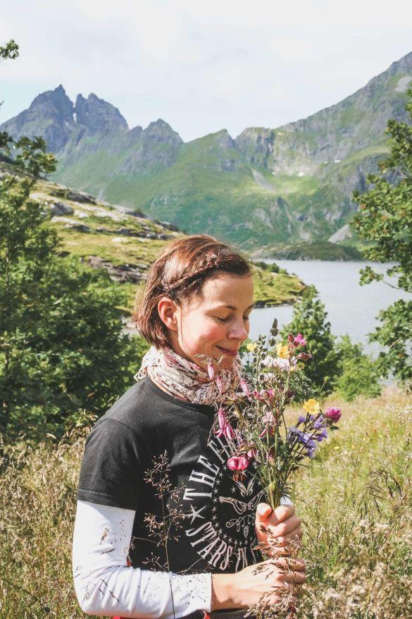 lofoten-reisezeit-ahoi-adventures-blumenmaedchen