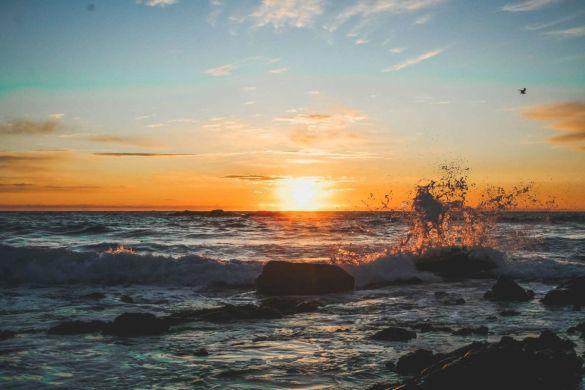 lofoten-reisezeit-ahoi-adventures-sonnenuntergang-strand-ozean