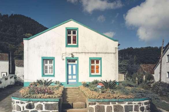 Es gibt nur wenige Häuser an der Sete Cidades, dafür sind sie sehr idyllisch.