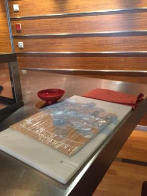 Küchenbrett - Bambusmatte - Schale mit Wasser - Serviertte