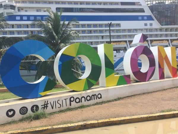 kunterbunte Buchstaben im Hafen von Colon