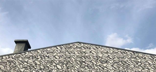 Kalligrafisch gestaltete Gebäudefassade von Stohead - Everybody - dem Himmel so nah