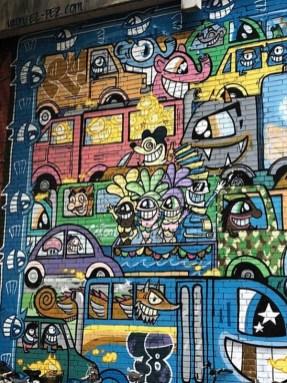 Street Art Künstler PEZ - mit grinsenden Fische