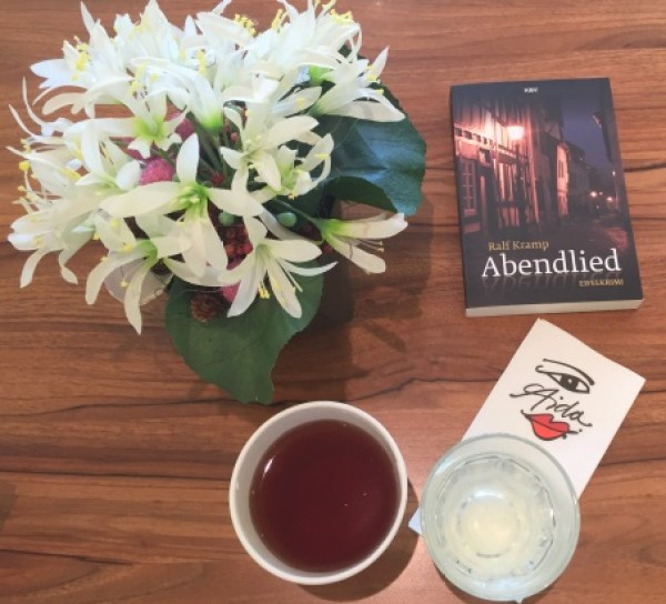 Getränke stehen während des Lesens bereit - Tee und Infused Water