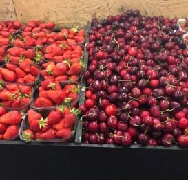 Markt Ausflug - am Obst- und Gemüsestand - Erdbeeren und Kirschen