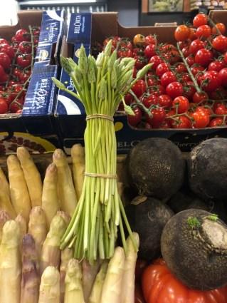 Markt Ausflug - am Obst- und Gemüsestand - Tomaten, Rüben, Spargel und wilder Spargel