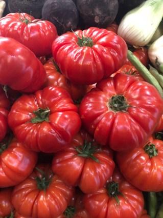 Markt Ausflug - am Obst- und Gemüsestand - Tomaten, Rüben und Fenchel
