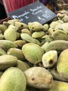 Markt Ausflug - am Obst- und Gemüsestand - frische Mandeln