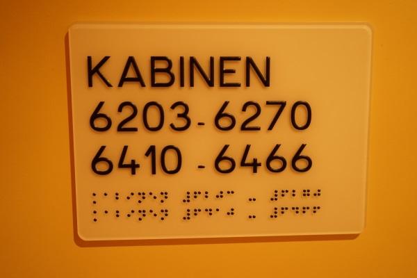 Kabinenhinweis mit Brailleschrift