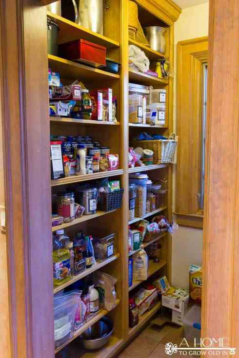 You won't want to miss this gorgeous pantry makeover with free printable pantry labels! Great ideas for organizing it so that it's easy to maintain.