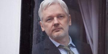 El fundador de Wikileaks, Julian Assange, en el interior de la Embajada de Ecuador en Londres, en 2016 - AFP