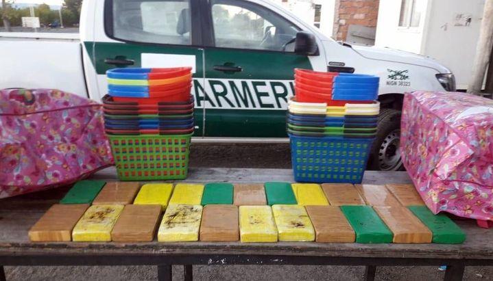 Argentina: Detenidos dos bolivianos que transportaban 22 kilos de cocaína en canastos y baldes