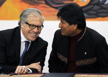 Luis Almagro, secretario general de la OEA, y Evo Morales, expresidente de Bolivia.AFP