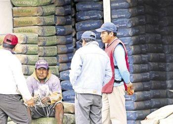 Los almacenes de Alto San Pedro están saturados de materiales. El cemento se cotiza ahora en Bs 48. Foto- JORGE UECHI