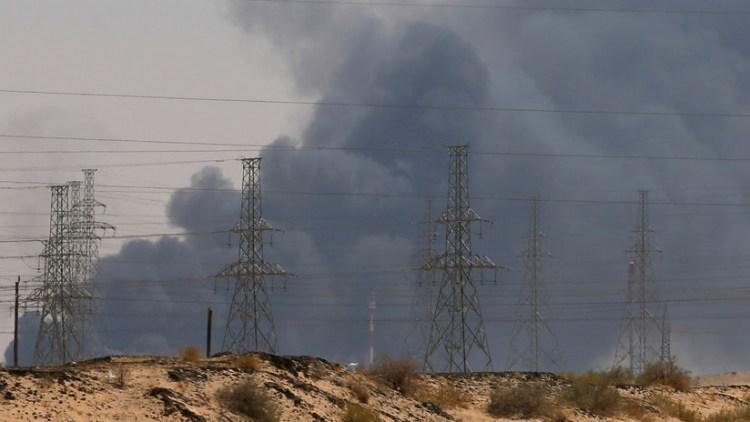 Una gran humareda emana de la refinería atacada en Abqaiq (Arabia Saudita), el 14 de septiembre de 2019. / Reuters