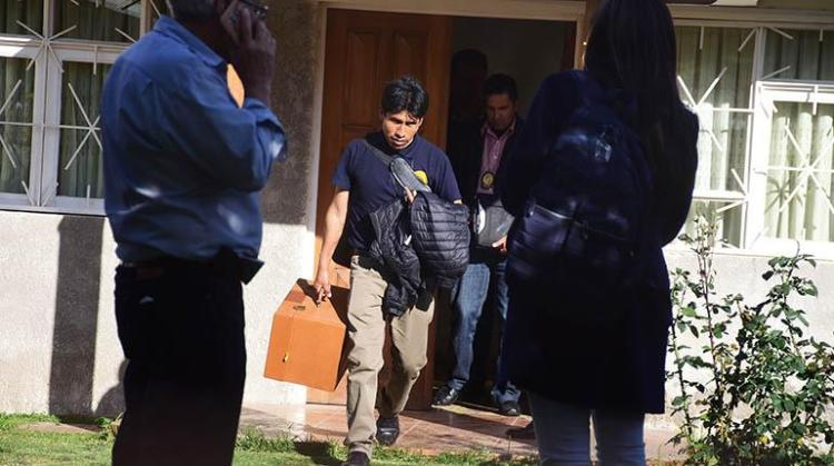 Policía y Fiscalía realizan un allanamiento en la vivienda del exministro Óscar Coca, ayer. | José Rocha