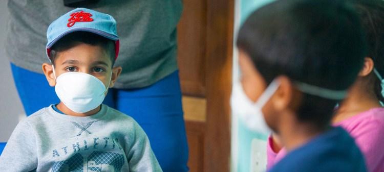 Foto referencial (archivo): Niños con máscaras protectoras en una guardería de Johannesburgo, Sudáfrica, durante el brote de COVID-19.