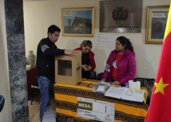 Residentes bolivianos en España emitiendo su voto