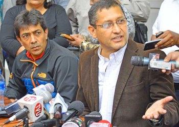 Otros tiempos: El ex Alcalde Oscar Montes (der)  junto al Ministro Víctor Hugo Zamora (izq). Crédito Foto: El País