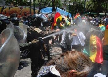 La Policía dispersa a los manifestantes en El Prado, este domingo. / Foto: Carlos Sánchez, Página Siete