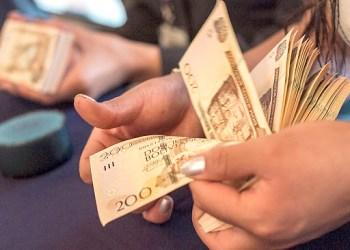 """Miércoles, 09 Diciembre (AFKA) La Paz.- El Banco Central de Bolivia (BCB) puso hoy en circulación el nuevo billete de 200 bolivianos de la serie """"J"""", que incorpora un nuevo hilo de seguridad de cuatro milímetros de ancho y que cambia de color al inclinarlo de oro a verde, para subir los niveles de seguridad y evitar su falsificación.Fotos: Afka/Mateo ROMAY SALINAS."""