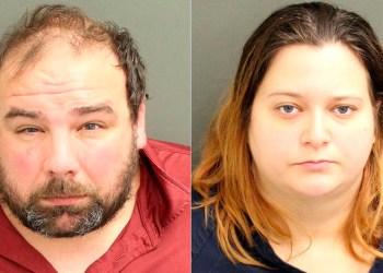 Composición de dos fotografías cedidas por el Departamento de Policía de Orlando donde aparecen Timothy Wilson y Kristen Swann que fueron arrestados y acusados con cargos de abuso agravado de menores y negligencia infantil. EFE