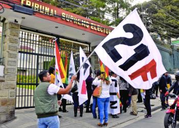 Una protesta por el 21F en la puerta del TSE. Foto: Archivo / Página Siete